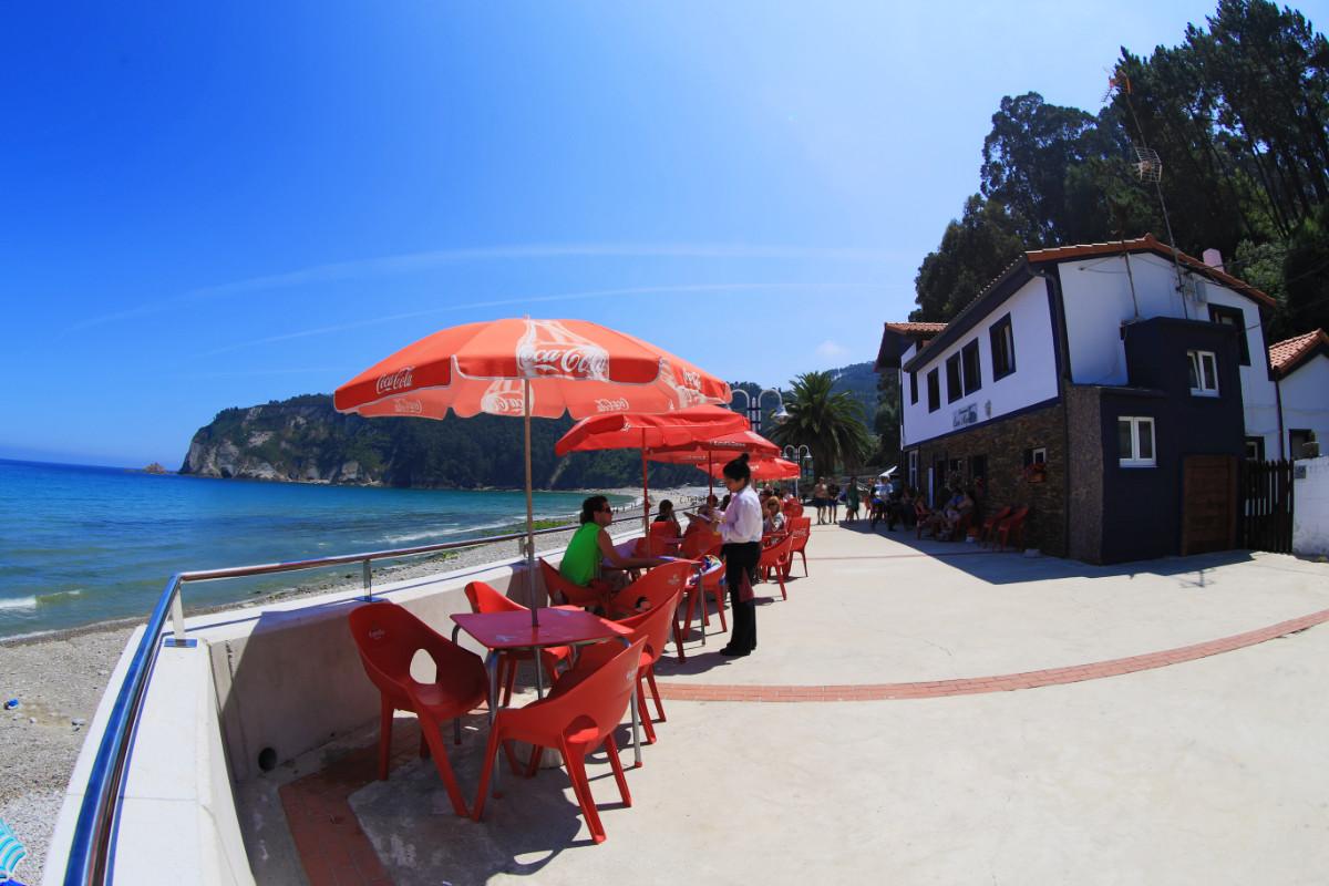 Terraza del restaurante Casa Miguel en la playa de la Concha de Artedo