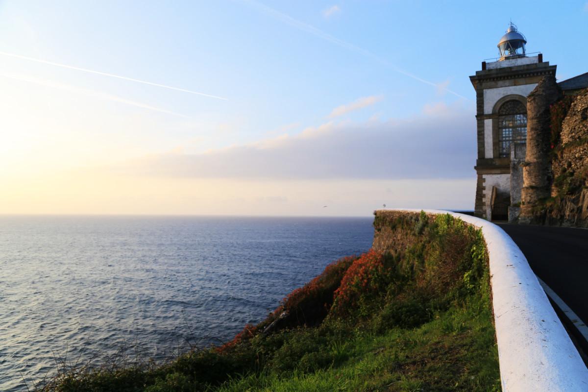 Faro de Luarca al atardecer