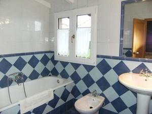 Baño azul habitación dos camas